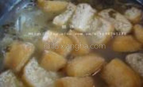 放入泡发的粉条和豆泡,煮开后加少量盐和胡椒粉调味。