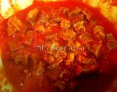 待汤汁浓稠后倒入青椒,红椒,洋葱。用炒勺反抄几下使西红柿汁将配料全部包裹住。关火前倒入适量盐与黑胡椒即可使用。