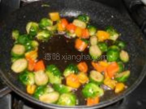 放入彩椒炒至断生即可。