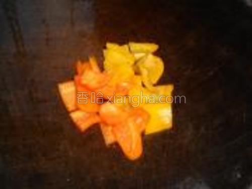 迷你彩椒去籽,切小块。