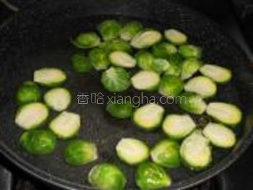 锅放水烧开,把孢子甘蓝汆烫一下断生,去苦味。