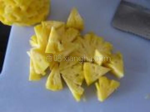菠萝切块,放入盐水中泡20分钟左右。