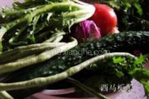 把所有的菜洗净,豇豆切寸段焯水,黄瓜,苦瓜,西红柿,洋葱切片,紫甘蓝切丝。