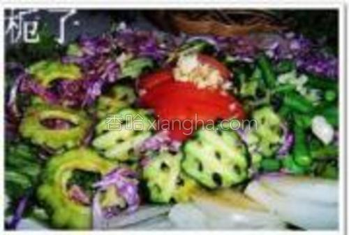 把调料汁倒在码好盘的蔬菜上,拌均即可。