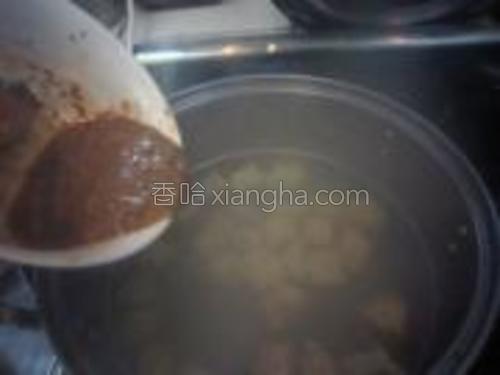 放入调好的酱汁、香菜、味精煮开即可。