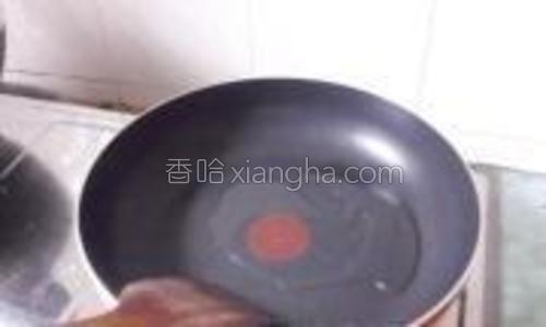 煎锅加入少许的油,烧至7成热