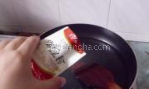 煎锅加适量的水,加入适量的咖喱粉,搅拌均匀