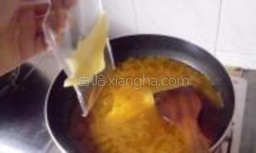 待咖喱水煮沸后,加入两片芝士片煮至融化