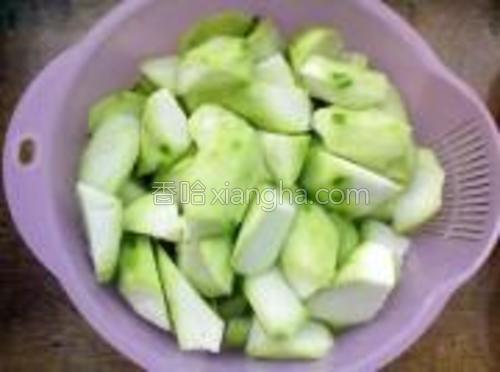 丝瓜切小块,每一块丝瓜都要带皮。