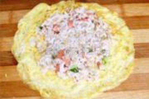 炒好的米饭放在蛋卷上,卷好切段即可。