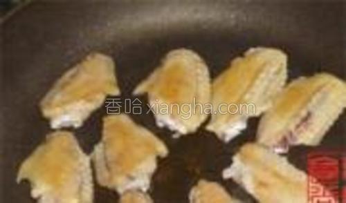差不多时翻动鸡翅,慢慢的鸡皮里的油都会跑出来了,鸡皮会变得有点脆脆的。