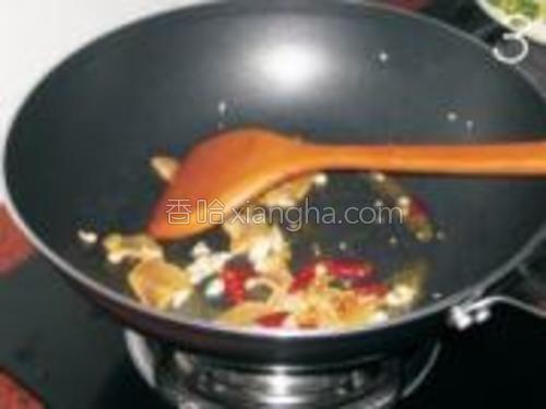 腊肉的香味出来后加入干辣椒和剩余的蒜米爆香。