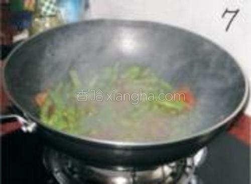 加少许水,因为锅很干容易焦。