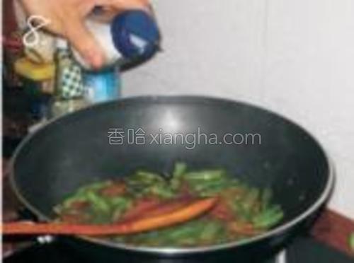 待四季豆熟时加入少许鸡精出锅即可。