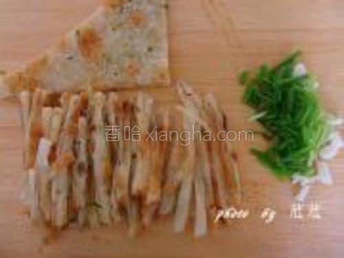 千层饼切丝,葱切好备用。