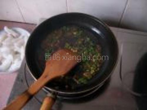 锅里下油、炒香蒜末和辣椒,加生抽和水调成汁。