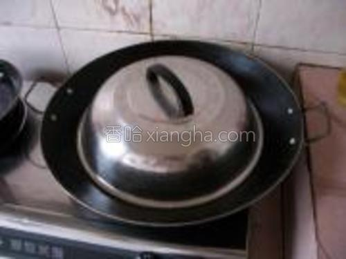 锅里加水,放入肠粉,水开后蒸3分钟即可。