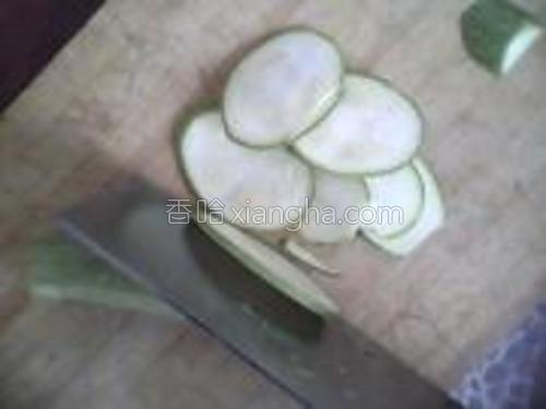 小瓜两个去蒂、去尾洗干净,斜切成大椭圆片备用。