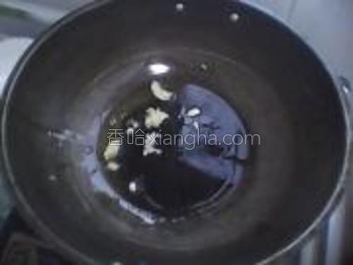 锅中放入油烧热。(可放点蒜末爆香)