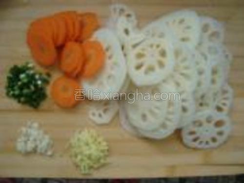 莲耦、红萝卜去皮洗净切片,葱、姜、蒜切末备用。