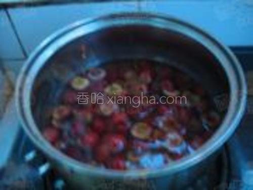 用水来煮樱桃,煮开后,加入糖,再加2勺左右的白酒。