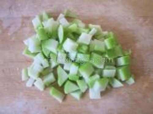 合掌瓜同样切成小粒。