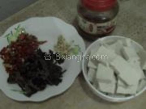 豆腐切块,辣椒切碎,姜切碎,葱也段,葱忘记拍了,豆瓣酱准备好,干木耳泡发后切丝