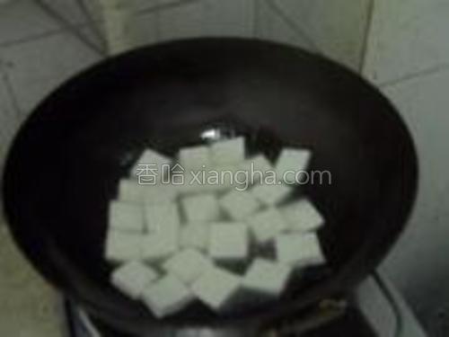 上炒锅,锅里放油,待油烧热后改小火,放入切好的豆腐慢慢煎