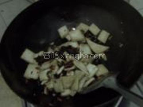 爆香后放入煎好的豆腐一块儿翻炒