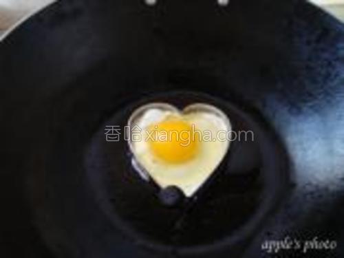 油六成热,放入磕碎的鸡蛋。