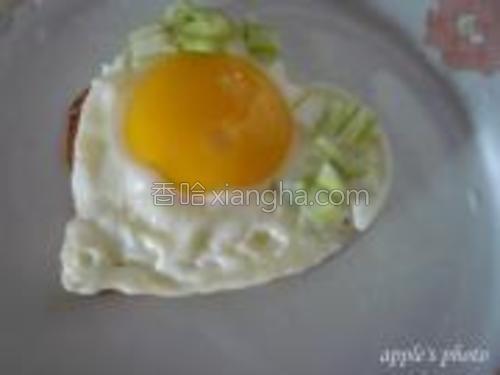 等蛋黄有一半凝固后,出锅即可。