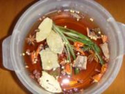 把煮熟的鸡爪改刀放入装有辅料的容器中