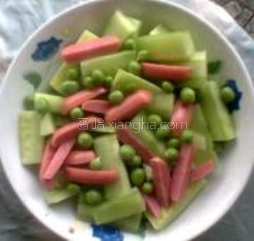 先放切好的黄瓜的香肠。