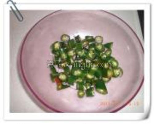 青辣椒切洗净切段备用。