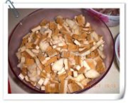豆干和茭白洗净切小块,放开水中滚2分钟捞出,沥干备用。