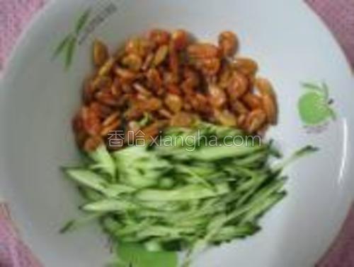 黄瓜洗净,切成细条。虾米处理干净。