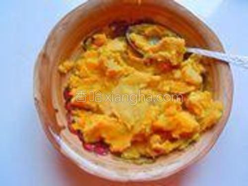 把红薯蒸熟后凉凉,用勺子压成红薯泥。