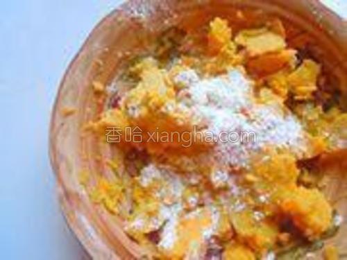红薯泥里视红薯的干湿程度添加适量的糯米粉搅拌均匀,使红薯泥能成型。
