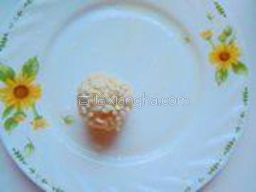 粘好糯米的丸子放在抹了油的平盘里;(油抹少许就可以,防粘的)。