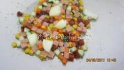 烧热油,青瓜,红罗卜先炒,再放下其它的材料继续炒。