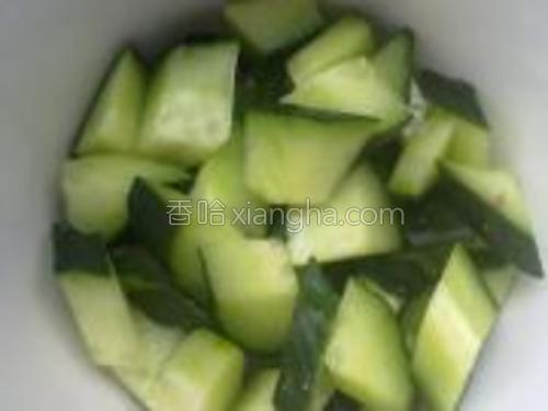 将黄瓜都切成小块儿。