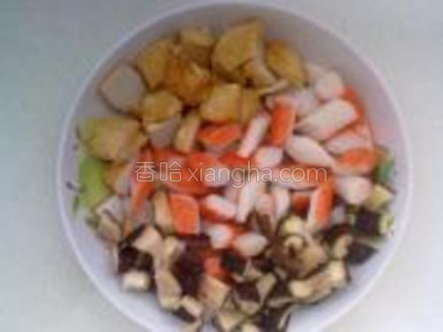 将鱼豆腐等食材切成小块儿备用。