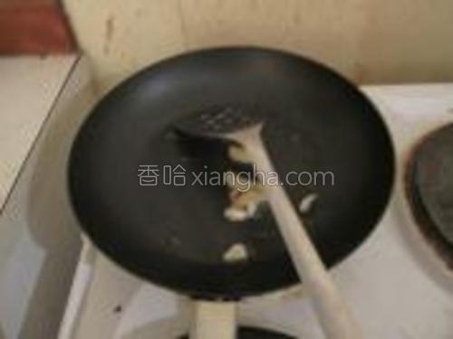 热锅下油,煸香姜蒜。