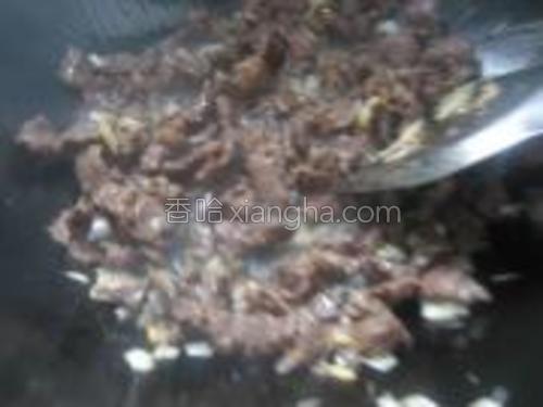锅内倒油,爆香大葱末姜末,倒入浆过的牛肉,划开,断生。