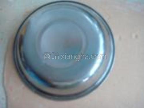 用一个盘子扣出一个个圆形面片。