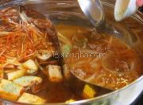 加入一点点姜末煮滚就是白锅锅底了这时候两种汤底都完成了(同样保持炉心微火来煮,其实刚才煮红锅就不要关火就行了)。