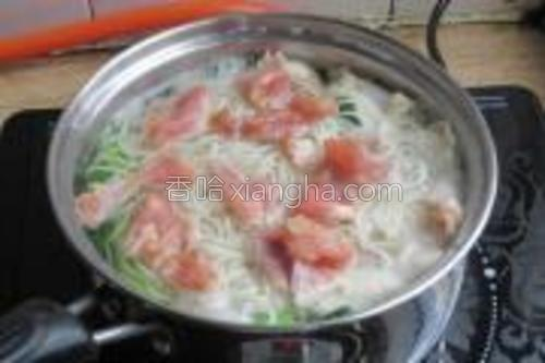 面条打散开,把肉片放进去,然后放少许盐,滚开肉片熟了,放少许胡椒粉和鸡精即可。