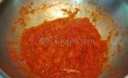 边煮边用铲子按压,直至成为番茄酱,盛出备用;