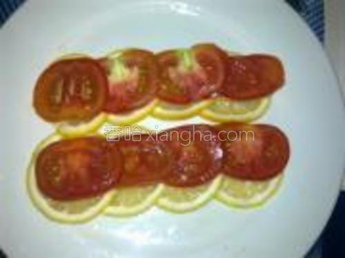 番茄洗净切薄片铺在柠檬片上。