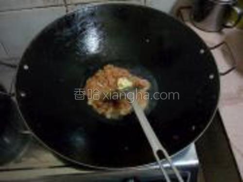 起锅重新放油,稍多一点,放肉丝和蒜末,快速划散。